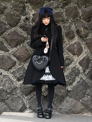 Типичная готическая Лолита, снятая в Мекке японских неформалов — токийском районе Харадзюку.