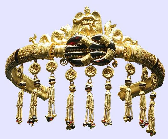 Диадема с изображением богини Ники и с «узлом Геркулеса». Золото, гранат. Использована техника филигрань